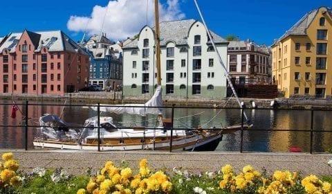 11Voilier amarré sur le canal de Brosund, bâtiments Art Nouveau colorés sur la rive, Ålesund