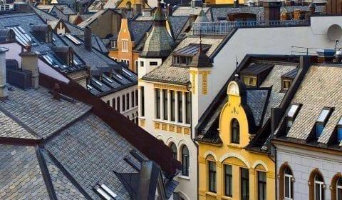 Vista de los tejados y la colorida arquitectura modernista de Ålesund
