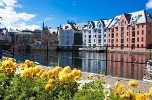 Art Nouveau Museum op de achtergrond van het Brosund kanaal in Ålesund