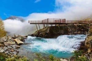 Wasser strömt auf der Seite des Aussichtspunktes Trollstigen, Steinhaufen und Felsen an der Seite