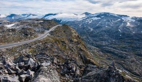 11Utsikt fra Dalsnibba over fjellene med litt snø og fjellveien