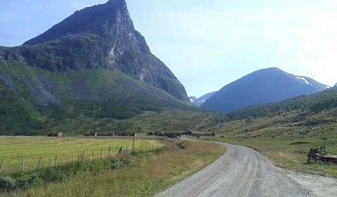 Camino de montaña que conduce a la tradicional granja de cabras de Herdal, situada entre altas y verdes montañas