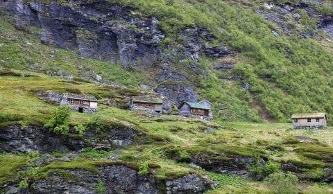 Cabañas de madera en las verdes montañas de Geiranger