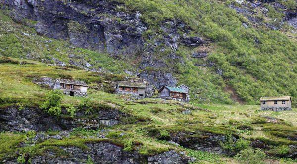 Chalets en bois dans les montagnes verdoyantes de Geiranger