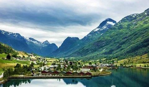 Vue sur le village rural d'Olden, situé dans une vallée verte, entouré de montagnes impressionnantes