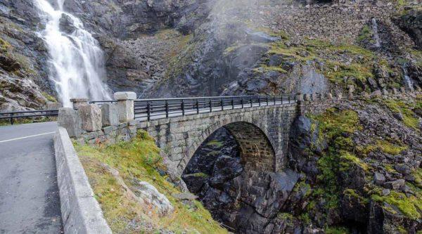 Steinbrücke, Teil der Trollstraße, Überquerung des spektakulären Stigfossen-Wasserfalls