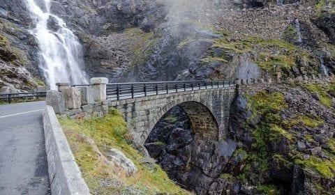 Puente de piedra, parte de la carretera de los troles, cruzando la espectacular cascada Stigfossen