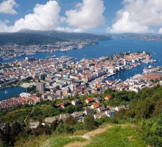 Vista panorámica desde el Monte Fløyen sobre la ciudad de Bergen y el fiordo