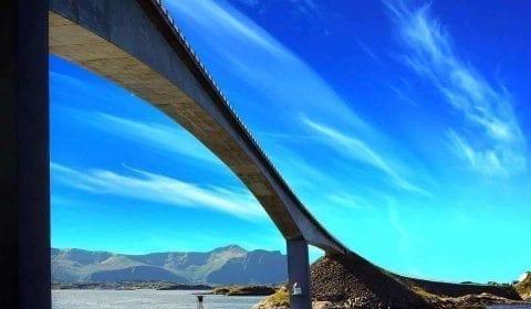 Brücke an der Atlantikstraße, führt über das Wasser, klarer blauer Himmel