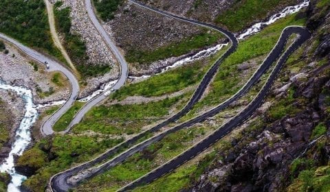 Trollstigen, la carretera de los troles, una carretera serpenteante de montaña en Noruega