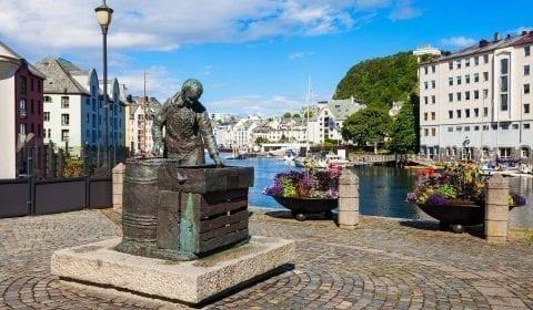 Sildekona, la estatua de la esposa del arenque, en el centro de la ciudad de Alesund en el condado de More og Romsdal, Noruega