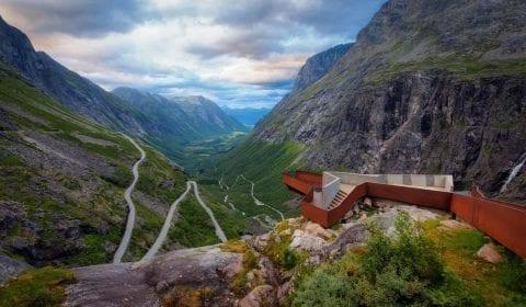 Il punto panoramico in cima alla Strada dei Troll con una vista spettacolare verso Trollstigen e la valle verde