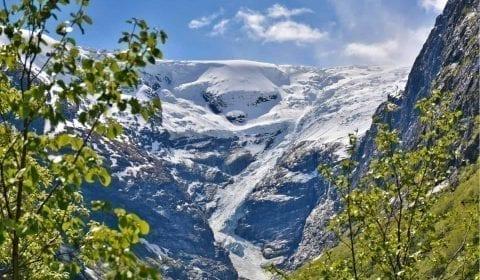 Il fantastico ghiacciaio di Kjenndal nei dintorni di Olden, Norvegia