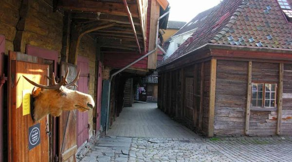 Holzhäuser in einer engen Straße im hanseatischen Viertel von Bryggen in Bergen, Norwegen