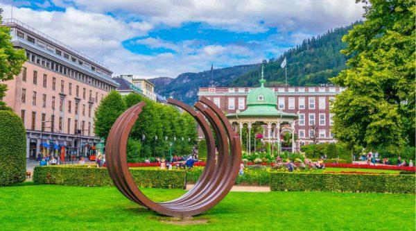 Musikkpaviljongen in einem grünen Park an einem Sommertag in Bergen