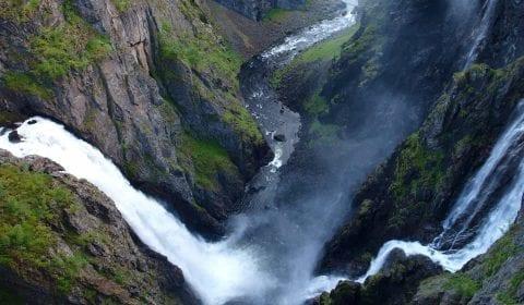 La impresionante cascada Voeringsfossen salpicando desde la montaña en el valle, Eidfjord, Noruega