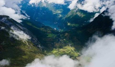 11Montagnes dans les nuages, vue du Mont Dalsnibba sur le Geirangerfjord, la vallée verte et le village Geiranger
