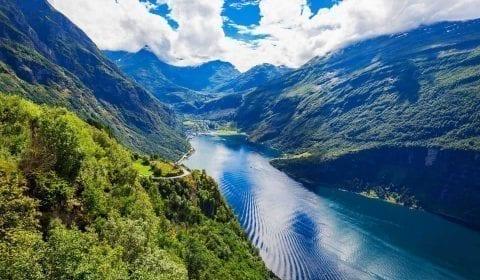 11Vue panoramique depuis Eagle Road sur le Geirangerfjord de l'UNESCO et le village de Geiranger, Norvège