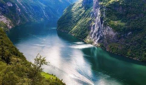 La cascada de las Siete Hermanas que desciende por un monte escarpado en el fiordo de Géiranger, de color turquesa