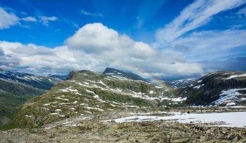 Arc-en-ciel dans le ciel, de la neige sur les montagnes, vue du Mont Dalsnibba à Geiranger, Norvège