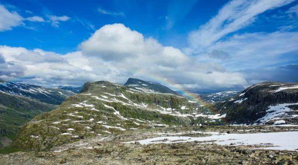 Regenboog in de lucht, een beetje sneeuw op de bergen, uitzicht vanaf Mount Dalsnibba, Geiranger, Noorwegen