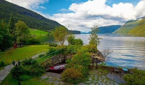 11Den dypeste innsjøen i Europa, Hornindalsvatnet, omringet av grønne fjell på veien fra Hellesylt til Geiranger, Norge