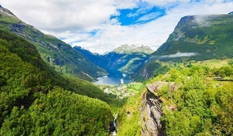 11Grønne fjell omringer Geirangerfjorden, sett fra Flydalsjuvet
