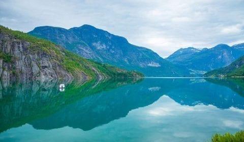 11Det turkisfargede Oppstrynsvatnet mellom Hellesylt og Geiranger, omringet av fjell, Norge