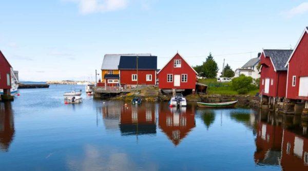 Rode en witte houten huizen in het dorp Bud onderweg naar de Atlantic Ocean Road in Noorwegen
