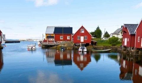 Casas rojas y blancas de madera en el pueblo de Bud hacia la carretera del Atlántico en Noruega