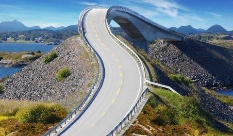 Del av den eventyrlige Atlanterhavsveien, en bro over vannet, utenfor Molde, Norge